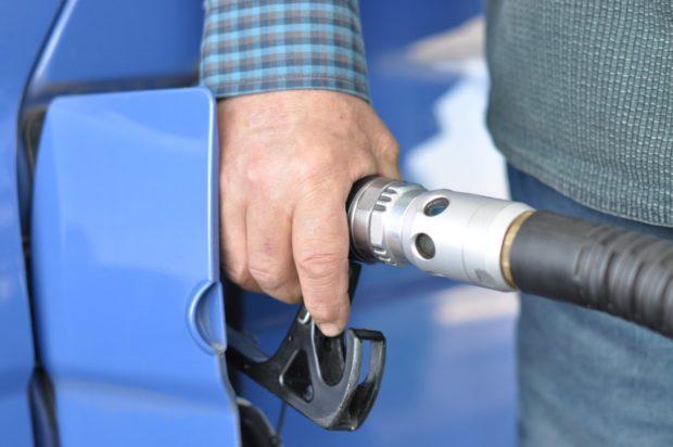 Pohonné hmoty zlevňují, vyšší poptávka v létě může ceny opět navýšit