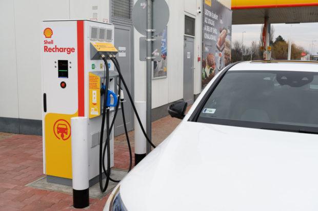 Shell startuje pilotní provoz rychlonabíjení elekromobilů v Maďarsku, Česko bude následovat