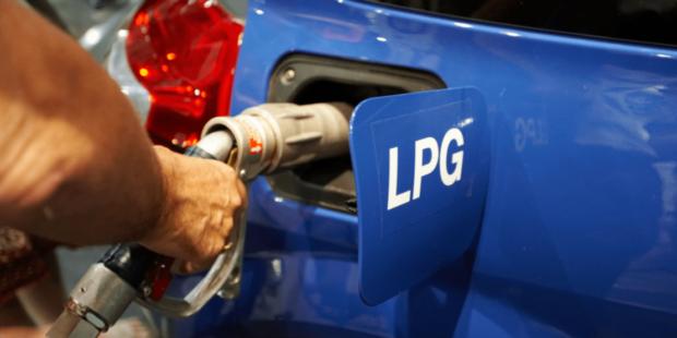LPG stanice nově varují před ručním plněním plynových láhví pod pokutou 50 000 korun